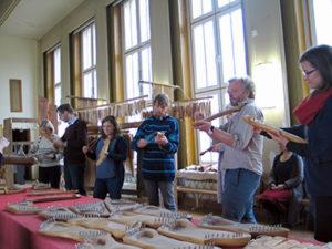Knut Rennert mit seinen Klangraum-Instrumenten